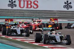 Lewis Hamilton, Mercedes AMG F1 W07 Hybrid devant Nico Rosberg, Mercedes AMG F1 W07 Hybrid