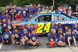 Speedway Children's Charities [Speedway çocuklar için hayır kurumu] kampçıları ve Jeff Gordon'ın Chevrolet'si