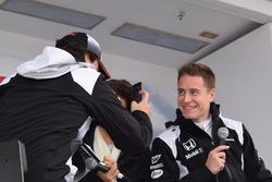 Stoffel Vandoorne con Fernando Alonso tomando el video