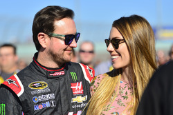 Kurt Busch, Stewart-Haas Racing Chevrolet met Ashley Van Metre