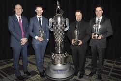 James Verrier of BorgWarner, ve 2016 Indy 500 galibi Alexander Rossi, Borrg-Warner kupası ile