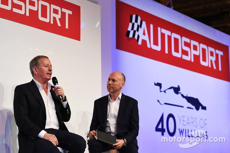 Martin Brundle met Toby Moody op het podium van Autosport
