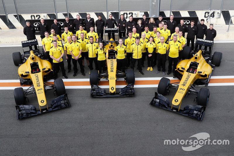 L'équipe Renault Sport Racing autour de deux Lotus E21 et d'une Renault R.S.16