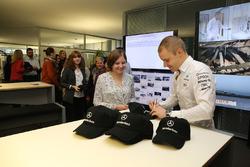 Valtteri Bottas, Mercedes AMG F1, gibt Autogramme für die Mercedes-Mitarbeiter