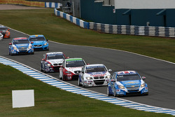 Robert Huff, Chevrolet Cruze 1.6T, Chevrolet leads Franz Engstler, BMW 320 TC, Liqui Moly Team Engstler