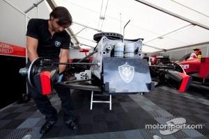 Scuderia Coloni mechanic at work