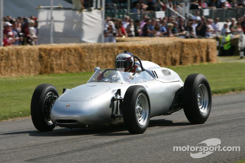 Правда, была еще заводская команда Porsche – ее машины с обтекаемыми кузовами оснащались 4-цилиндровыми оппозитными двигателями. Но до французского этапа ее пилоты ни разу не финишировали выше пятого места