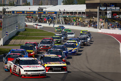 Start: Jacques Villeneuve, Penske Racing Dodge leads the field