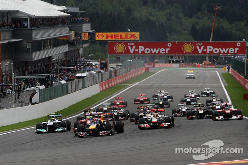 Start: Sebastian Vettel, Red Bull Racing leads the field