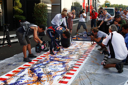 Mark Webber, Red Bull Racing, makes a painting with a tyre