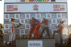 Podium GT : célébration au champagne