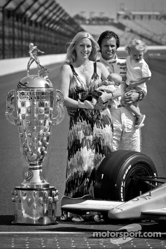 El ganadro de Indy 500 del Dan Wheldon, Bryan Herta Autosport con Curb / Agajanian con su esposa Susie y sus hijos Sebastian y Oliver