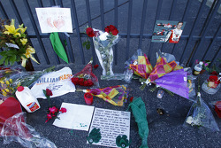 Fans pay tribute to Dan Wheldon at the Indianapolis Motor Speedway gates
