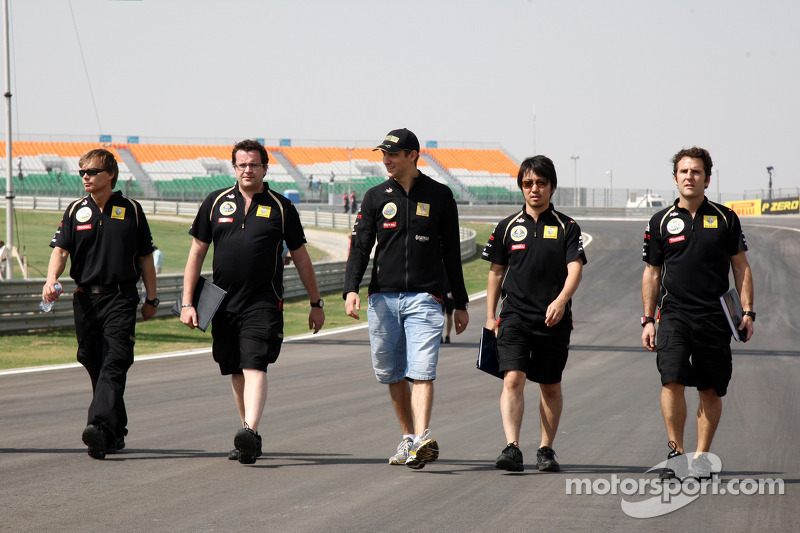 Vitaly Petrov, Lotus Renault GP walks the track