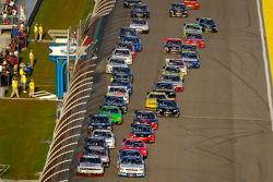 Start: Brad Keselowski, Penske Racing Dodge and Elliott Sadler, Kevin Harvick Inc. Chevrolet lead the field