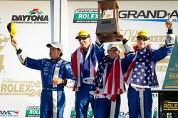 Victory Lane en DP : les vainqueurs A.J. Allmendinger, Oswaldo Negri, John Pew et Justin Wilson fêtent leur victoire