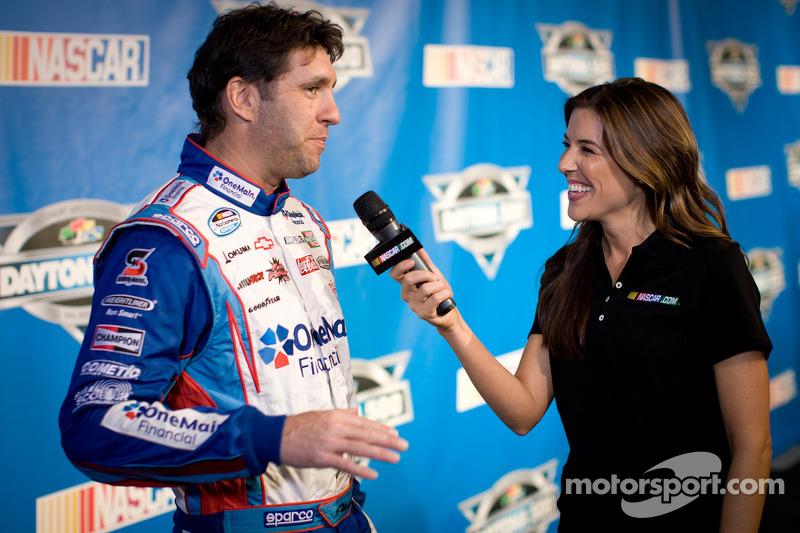 Elliott Sadler, Kevin Harvick Inc. Chevrolet met voormalige Miss Sprint Cup Monica Palumbo