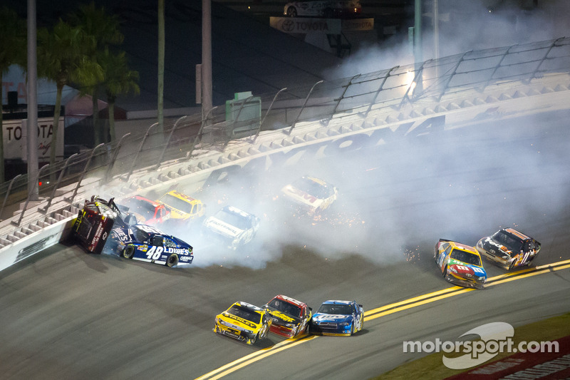 Jeff Gordon, Hendrick Motorsports Chevrolet, Kurt Busch, Phoenix Racing Chevrolet en Jimmie Johnson, Hendrick Motorsports Chevrolet crash