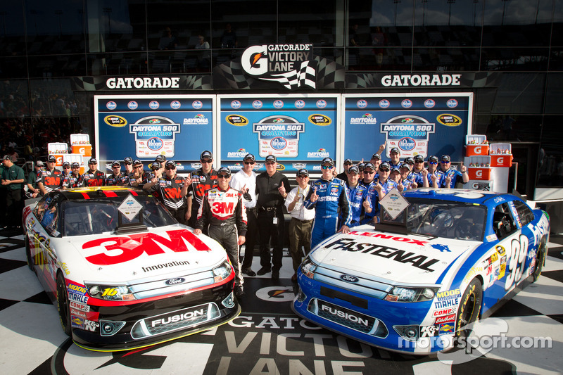 Eerste rij voor de Daytona 500: polezitter Carl Edwards, Roush Fenway Racing Ford met 2de plaats Greg Biffle, Roush Fenway Racing Ford