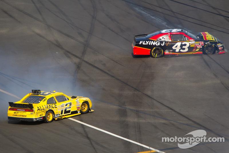 Sam Hornish Jr., Penske Racing Dodge en Michael Annett, Richard Petty Motorsports Ford crash
