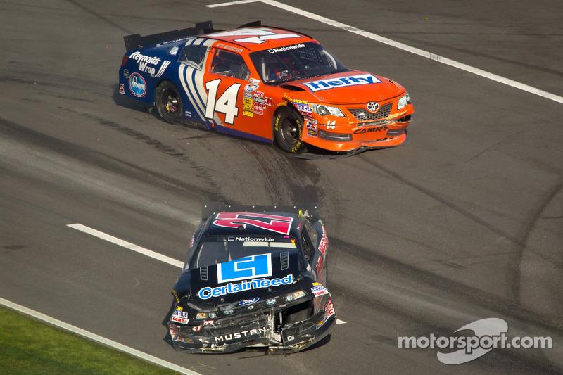 Eric McClure, TriStar Motorsport Toyota en David Ragan, Front Row Motorsports Ford na crash