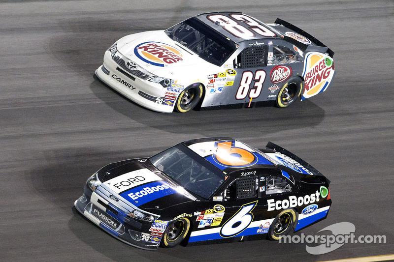 Ricky Stenhouse Jr., Roush Fenway Racing Ford en Landon Cassill, BK Racing Toyota