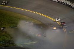 Jamie McMurray, Earnhardt Ganassi Racing Chevrolet, Regan Smith, Furniture Row Racing Chevrolet, Brad Keselowski, Penske Racing Dodge and Kasey Kahne, Hendrick Motorsports Chevrolet crash