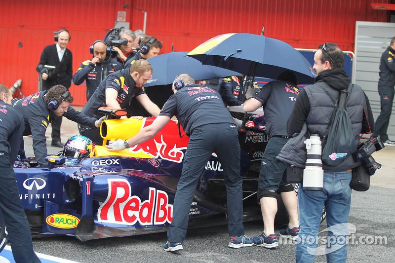 Sebastian Vettel, Red Bull Racing and the Red Bull mechanics try to hide his car