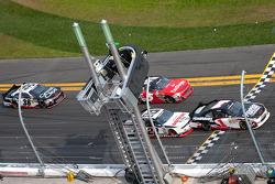 Restart: Kurt Busch, Phoenix Racing Chevrolet leads the field