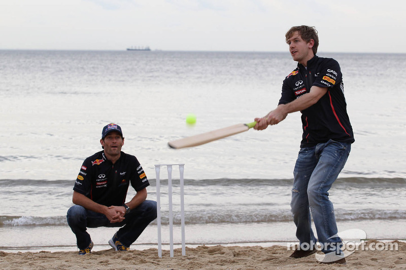 Sebastian Vettel, Red Bull Racing en Mark Webber, Red Bull Racing spelen cricket op het strand