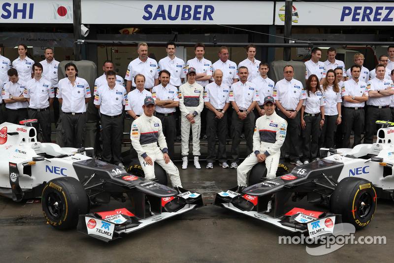 Sauber teamfoto Kamui Kobayashi, Sauber F1 Team, Sergio Perez, Sauber F1 Team en Peter Sauber, Sauber F1 Team, teambaas
