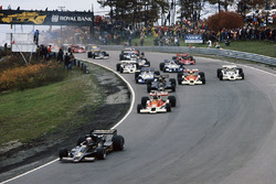Mario Andretti Lotus 78 Ford lidera a  James Hunt McLaren M26 Ford, Gunnar Nilsson Lotus 78 Ford, Jochen Mass McLaren M26 Ford y Alan Jones Shadow DN8 Ford at the start