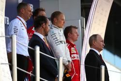 فلاديمير بوتين، رئيس روسيا والفائز بالسباق فالتيري بوتاس، مرسيدس، المركز الثاني سيباستيان فيتيل، فيراري، المركزالثالث كيمي رايكونن، فيراري