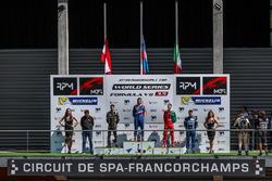 Podio: ganador de la carrera Matevos Isaakyan, AVF, segundo lugar René Binder, Lotus, tercer lugar Alfonso Celis Jr., Fortec Motorsports