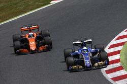 Marcus Ericsson, Sauber C36, battles, Fernando Alonso, McLaren MCL32