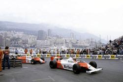 Джон Уотсон, McLaren MP4/1B Ford Cosworth, и Андреа де Чезарис, Alfa Romeo 182
