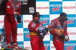 Победитель гонки Жан Алези, Ferrari, обладатель второго места Рубенс Баррикелло, Jordan и финишировавший третьим Эдди Ирвайн, Jordan