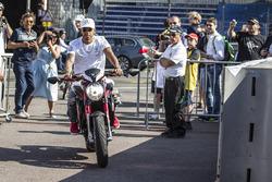 Lewis Hamilton, Mercedes AMG F1 en su MV Agusta Custom Dragster RR LH44 Superbike