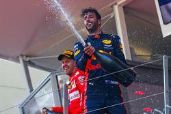 Ganador de la carrera Sebastian Vettel, Ferrari y Daniel Ricciardo, Red Bull Racing
