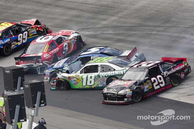 Kyle Busch, Joe Gibbs Racing Toyota, Kevin Harvick, Richard Childress Racing Chevrolet