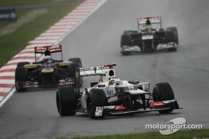Kamui Kobayashi, Sauber F1 Team  leads Jean-Eric Vergne, Scuderia Toro Rosso