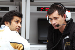 Narain Karthikeyan, Hispania Racing F1 Team, with Toni Cuquerella, Hispania Racing F1 Team, Technical Director