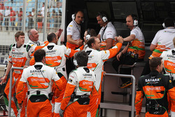 The Sahara Force India F1 Team team celebrate sixth position for Paul di Resta, Sahara Force India F1