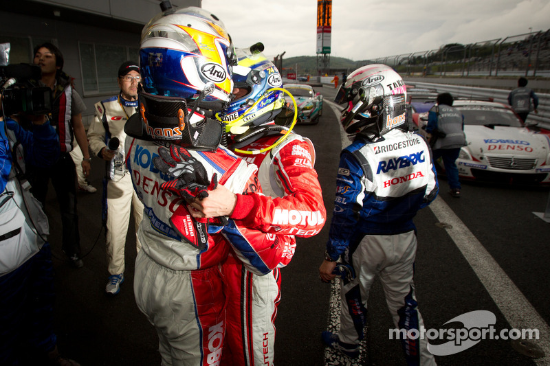 GT500 race winnaars Hiroaki Ishiura viert met Satoshi Motoyama