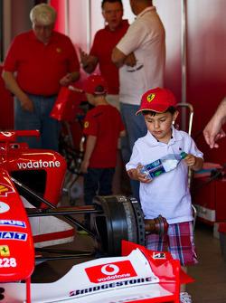 Children inspect the F1 Clienti
