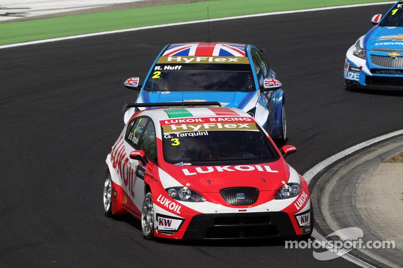 Gabriele Tarquini, SEAT Leon WTCC, Lukoil Racing Team en Robert Huff, Chevrolet Cruze 1.6T, Chevrolet