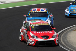 Gabriele Tarquini, SEAT Leon WTCC, Lukoil Racing Team and Robert Huff, Chevrolet Cruze 1.6T, Chevrolet
