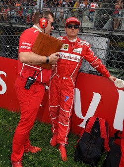 Kimi Raikkonen, Ferrari, Dave Greenwood, Ferrari Race Engineer