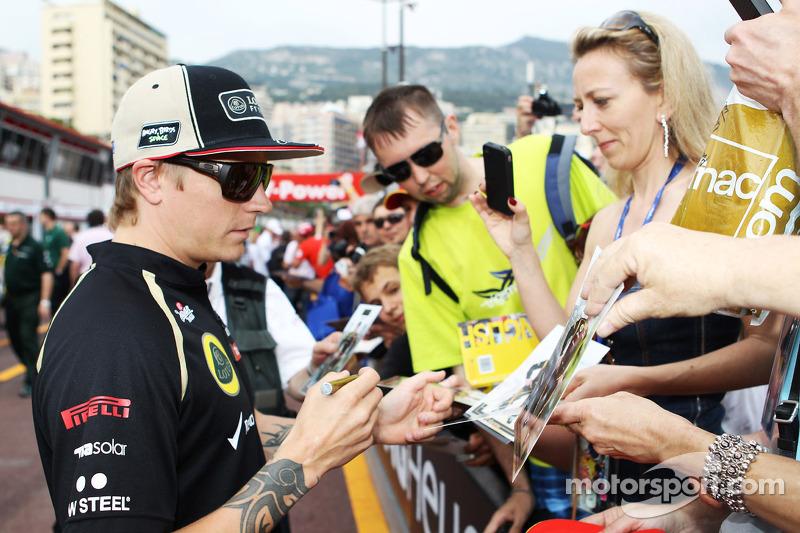 Kimi Raikkonen, Lotus F1 Team signeert handtekeningen voor de fans