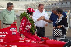 Winners photoshoot: Dario Franchitti, Target Chip Ganassi Racing Honda with Chip Ganassi